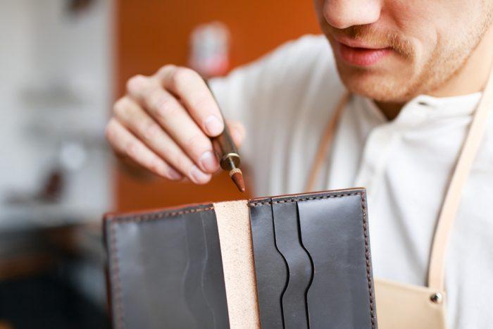 財布を治す革職人