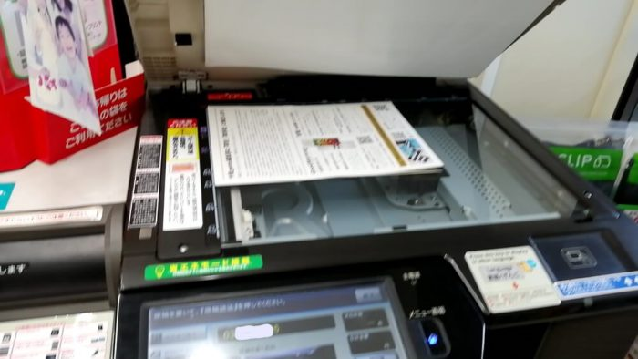 lawsonのマルチコピー機にFAX送信したい原稿をセットした場面