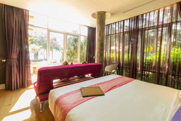 部屋とベッドマットレス