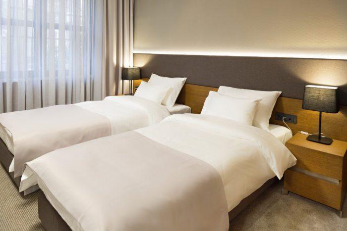 ホテルのベッドマットレス