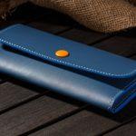 青い長財布